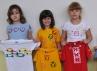 Děti se svými malovanými tričky
