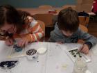 Děti vytvářejí mozaiku
